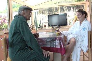 Papy rend visite à Leana, sa voisine