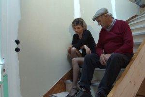 Luna Perle réconfortée par un vieillard et son mec