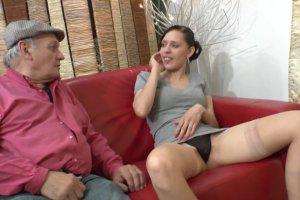 Tania Rose découvr le sexe avec un vieux sadique