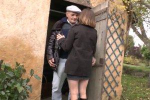 Lucie accepte les avances perverses d'un vieux vicelard