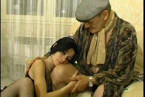 La vieille bite de 70 ans réconforte une jeune salope