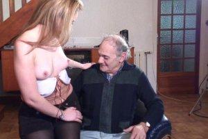 Uen belle blonde baisée à coté de la cheminée par un vieux retraité