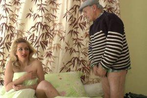 Papy réveille Tatiana Deville en lui donnant sa queue