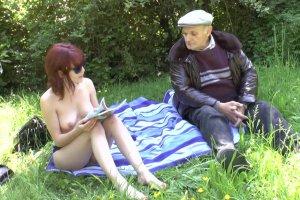 Lisa Candy adore baisr dans les herbes folles