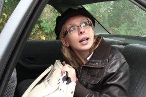 Un vieux chauffeur de taxi dans le cul d'Emilie