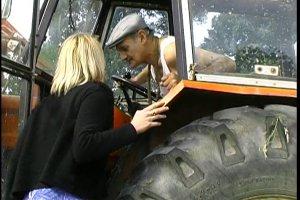 Julie se laisse charmer par un vieux fermier