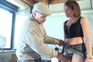 Un vieillard fait jouir sa jeune voisine