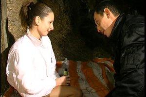 Une demoiselle baisée par son mec et un vieux paysan dans l'étable