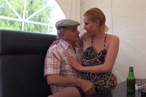 Cindy Picardie offre son cul à un vieux et ses potes
