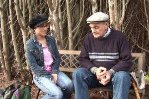Candice Marchal fait tout pour convaincre un vieux voyeur