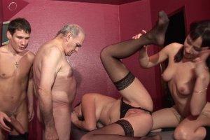Deux mecs dont un vieux pervers pour Candice Marchal en club