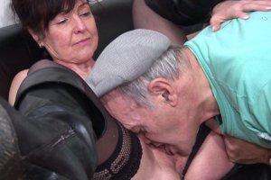 Joyce Mifle léchée par le vieux cochon chez le médecin